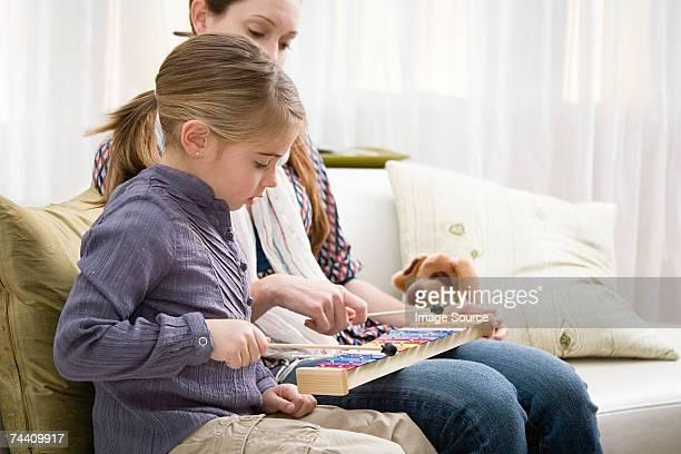 Mutter und Tochter spielen Xylophon