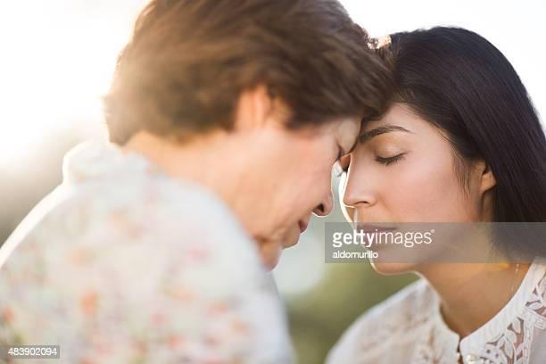 Mère et fille prier
