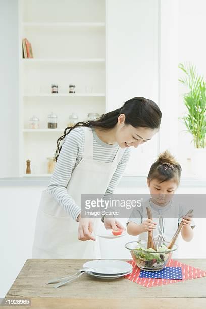 母と娘の準備のサラダ