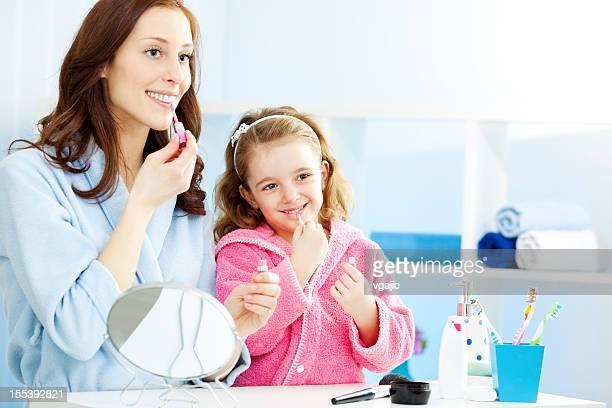 Mutter und Tochter setzen auf make-up.
