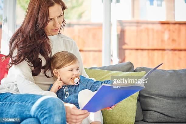 Mère et fille lire un livre ensemble