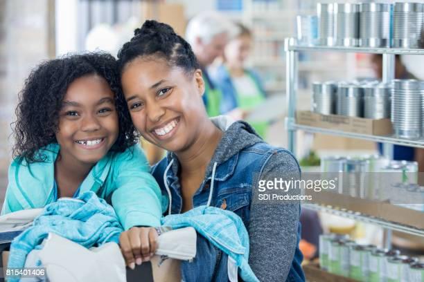 Mère et fille recevoir boîte de vêtements sans abri