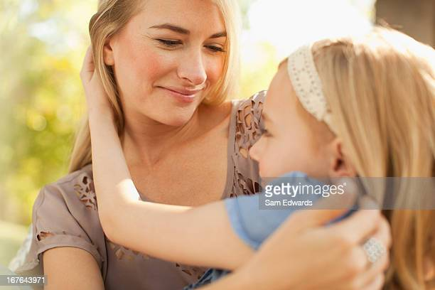 Mutter und Tochter entspannende im Freien