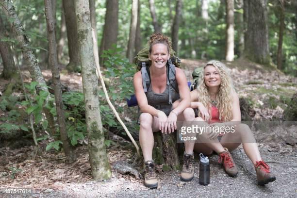 Mère et fille se reposer pendant une randonnée