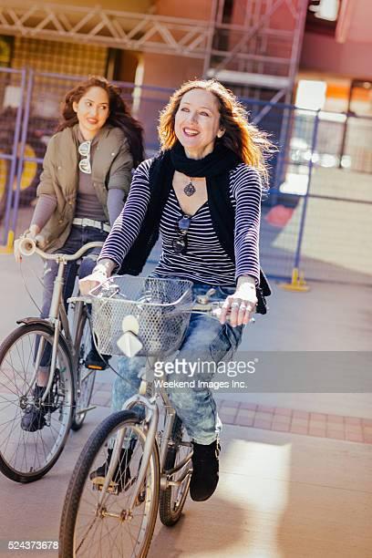 Mère et fille équitation vélos