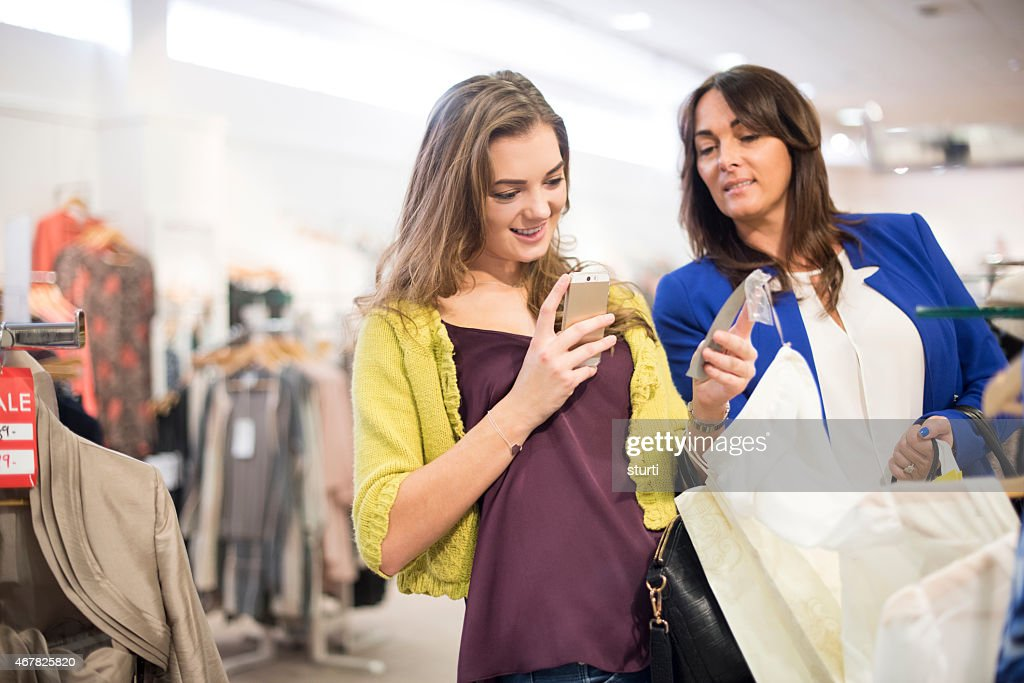 Mère et fille shopping avec qr codes : Photo