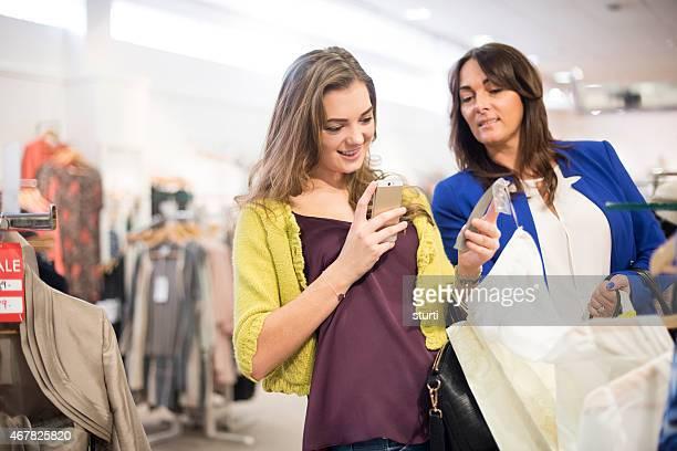 Mère et fille shopping avec qr codes