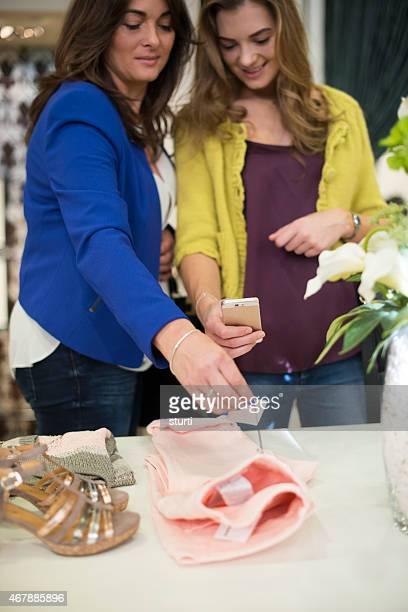 Mutter und Tochter Einkaufen mit qr-codes