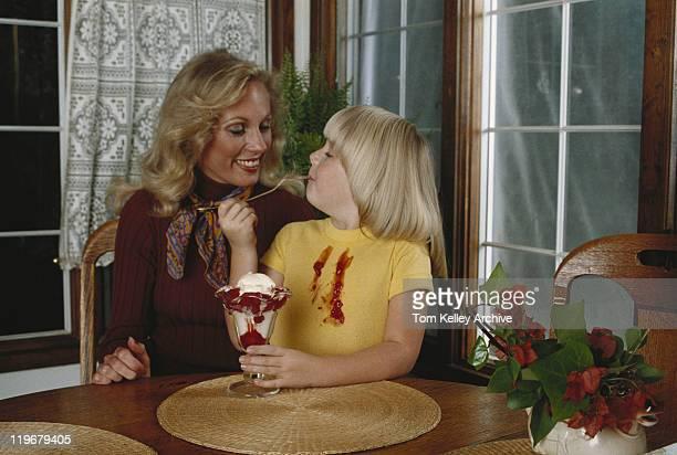 Mãe e filha sentada à Mesa, Menina comer Gelados