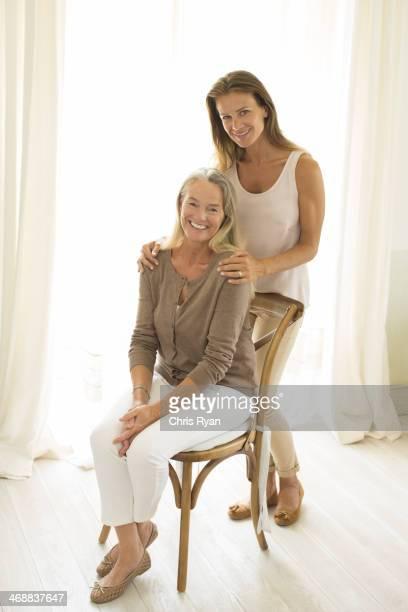 母と娘に笑うウィンドウ