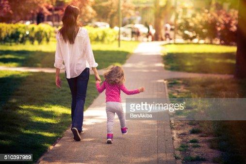 Mutter und Tochter, die einen Spaziergang im Park