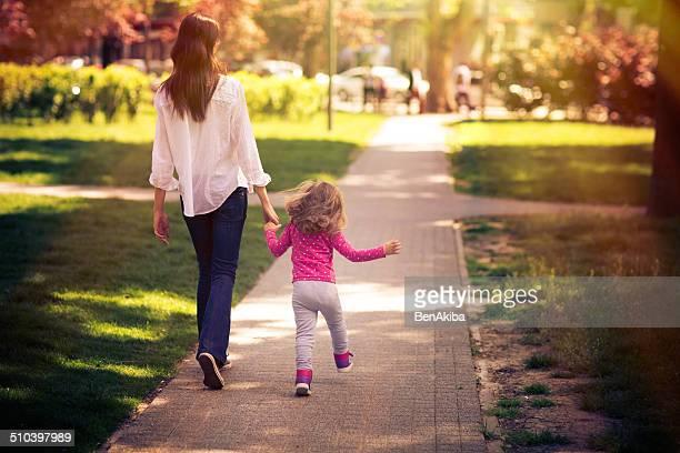 Madre e hija tomar un paseo en el parque