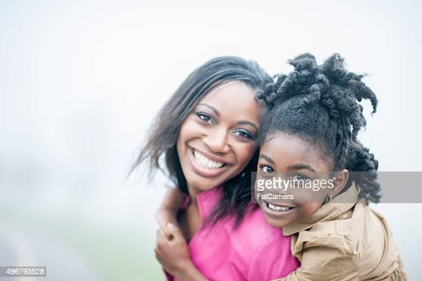 Madre e hija junto en el parque