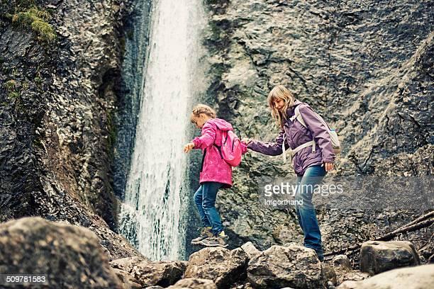 Mère et fille de randonnée à la cascade