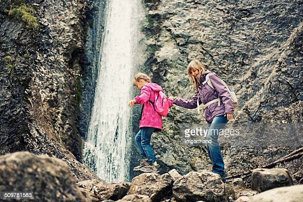 Mutter und Tochter Wandern am Wasserfall
