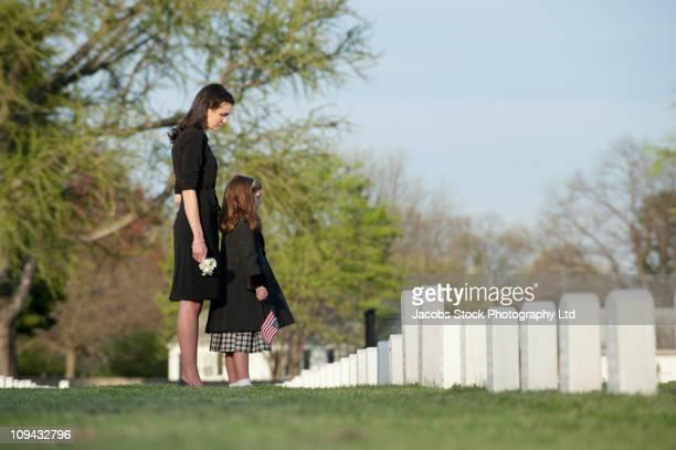 Mère et fille ensemble à visiter le cimetière