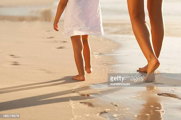 Mère et fille marchant sur la plage