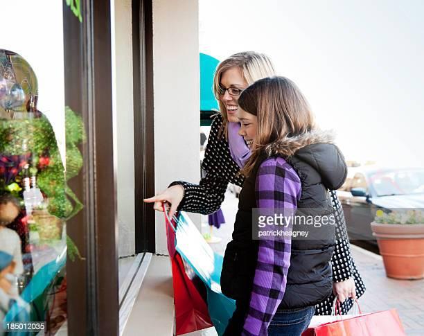 Mutter und Tochter Schaufensterbummel