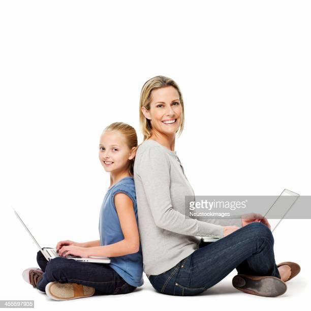 Mutter und Tochter mit Rücken zusammen-isoliert