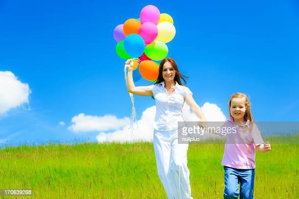 Madre e figlia con palloncini colorati