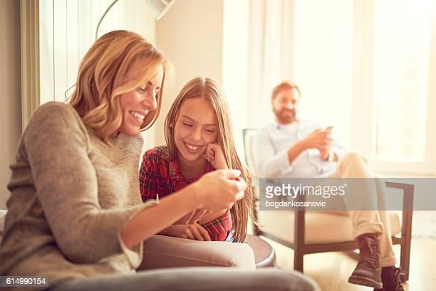 Mère et fille avec Tablette numérique