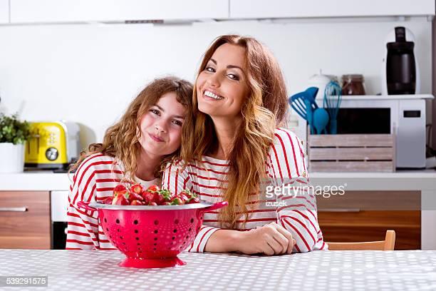 Mère et fille avec des fraises