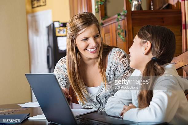 Mère et sa fille travaillent sur homeschool production