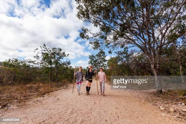 Mutter und Töchter zu Fuß auf einem Pfad
