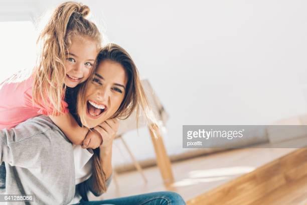Mutter und Daughther glücklich zusammen