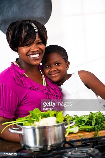 Mãe e daugter cozinhar na cozinha