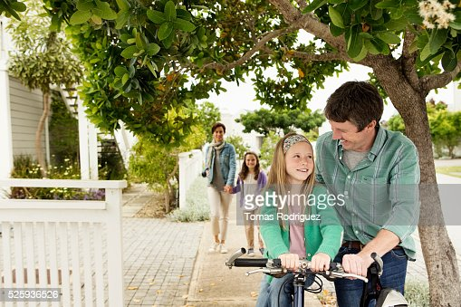 Mother and father during walk with two girls (6-7), (8-9) : Foto de stock