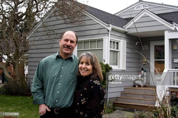 Mère et père, en face de la maison