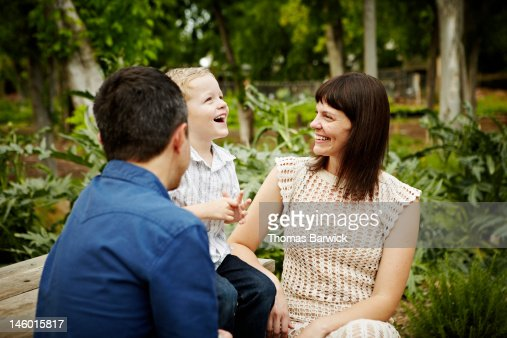 Mother and father sitting with son smiling : Foto stock
