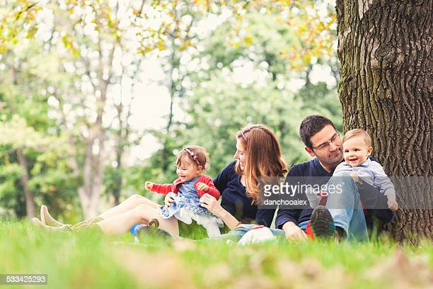 Madre e padre con i bambini all'aperto