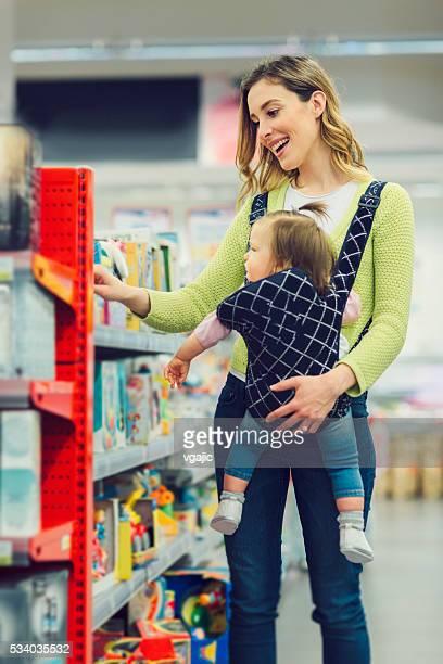 Madre e sua figlia In supermercato locale.