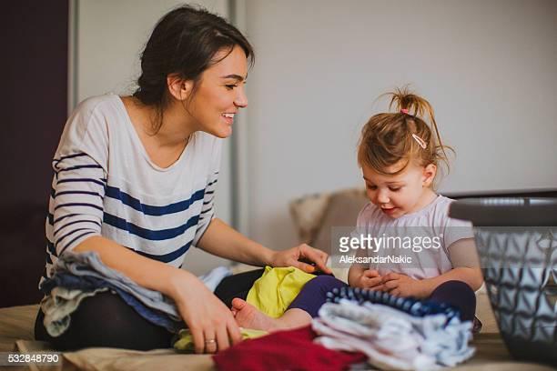Mère et sa fille ensemble de pliage de blanchisserie