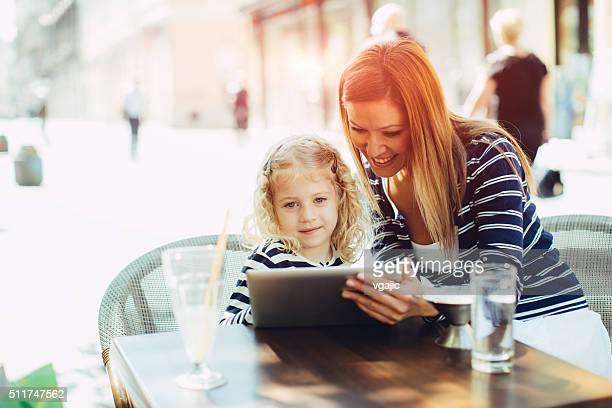 Mutter und Tochter im Café zusammen.