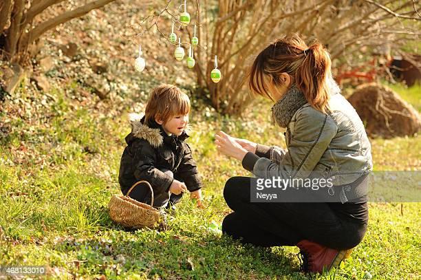 Mãe e seu pequeno Menino com ovos de Páscoa
