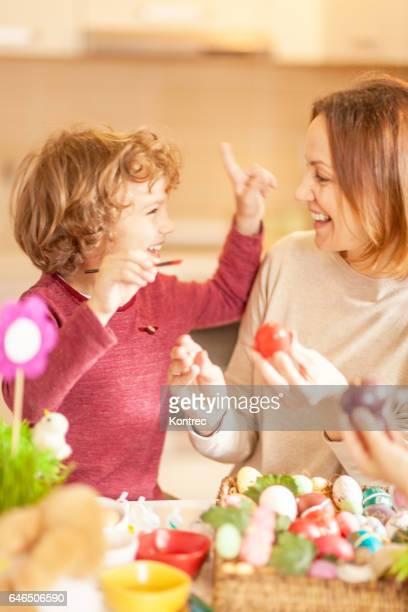 Mutter und Sohn Ostereier