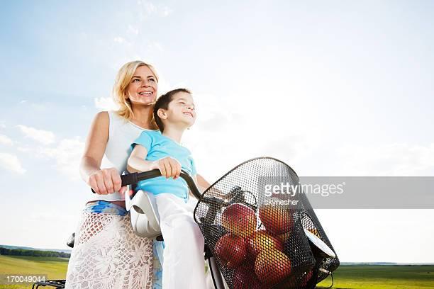 Mutter und ihr Sohn auf dem Fahrrad.