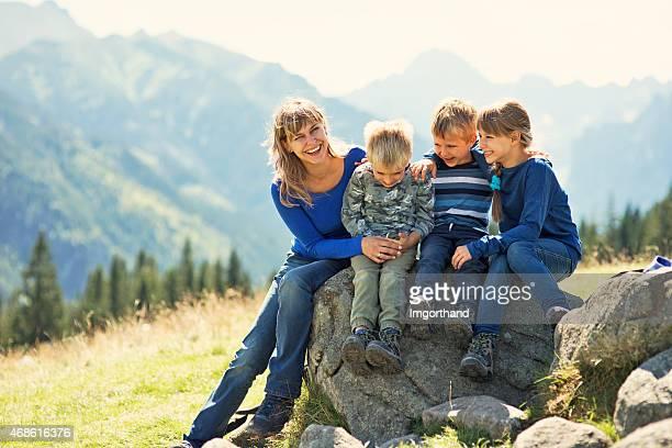 Mère et enfants faire de la randonnée dans les montagnes