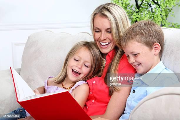 Mutter und Kinder lesen