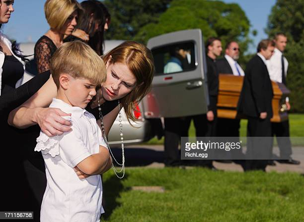 Mutter und Sohn bei einer Beerdigung