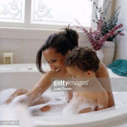 Jules lavee photos et images de collection getty images for Mom and son in bathroom
