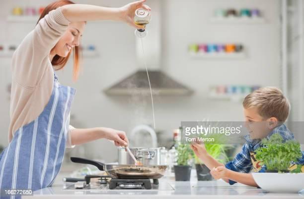 Mutter und Sohn in der Küche kochen