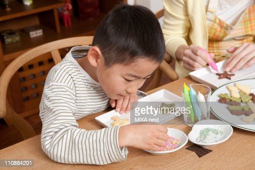 Mother and Son Decorating Cookie : Foto stock