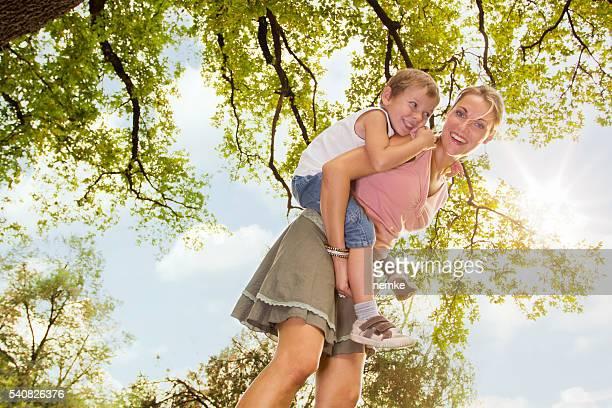 Mère et fils, profiter d'une journée d'été à l'extérieur