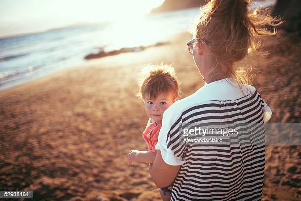 Mutter und Sohn, die im sonnigen Tag