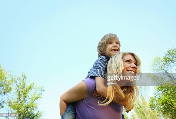Mère et fils en plein air.