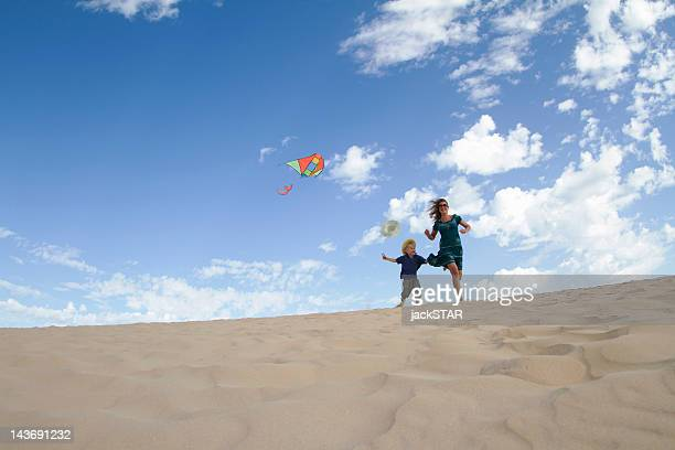 Mère et fils, voler le cerf-volant sur la plage